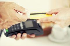 Πληρωμή από την πιστωτική κάρτα Στοκ φωτογραφία με δικαίωμα ελεύθερης χρήσης