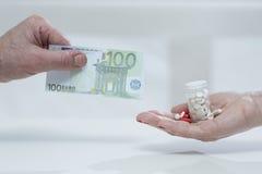 Πληρωμή για τα φάρμακα Στοκ φωτογραφίες με δικαίωμα ελεύθερης χρήσης