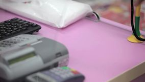 Πληρωμή για τα χάπια στο φαρμακείο απόθεμα βίντεο