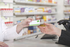 Πληρωμή καρτών στο φαρμακείο Στοκ φωτογραφίες με δικαίωμα ελεύθερης χρήσης