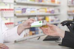 Πληρωμή καρτών στο φαρμακείο Στοκ εικόνες με δικαίωμα ελεύθερης χρήσης
