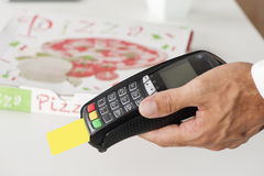 Πληρωμή πιτσών με την πιστωτική κάρτα Στοκ φωτογραφίες με δικαίωμα ελεύθερης χρήσης