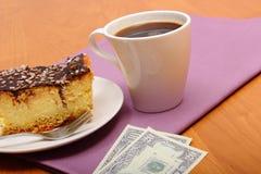 Πληρώνοντας για cheesecake και τον καφέ στον καφέ, έννοια χρηματοδότησης Στοκ φωτογραφίες με δικαίωμα ελεύθερης χρήσης