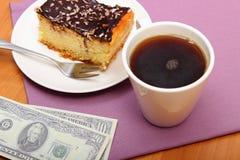 Πληρώνοντας για cheesecake και τον καφέ στον καφέ, έννοια χρηματοδότησης Στοκ εικόνα με δικαίωμα ελεύθερης χρήσης