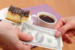 Πληρώνοντας για cheesecake και τον καφέ στον καφέ, έννοια χρηματοδότησης Στοκ φωτογραφία με δικαίωμα ελεύθερης χρήσης