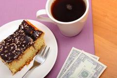 Πληρώνοντας για cheesecake και τον καφέ στον καφέ, έννοια χρηματοδότησης Στοκ Εικόνες