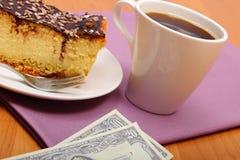 Πληρώνοντας για cheesecake και τον καφέ στον καφέ, έννοια χρηματοδότησης Στοκ Εικόνα