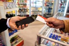 Πληρώστε από την κάρτα ή κυψελοειδής Στοκ φωτογραφία με δικαίωμα ελεύθερης χρήσης