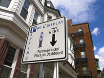 Πληρώστε στο σημάδι χώρων στάθμευσης μετρητών Στοκ Φωτογραφία