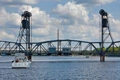Πλησιάζοντας γέφυρα ανελκυστήρων βαρκών Στοκ Εικόνα