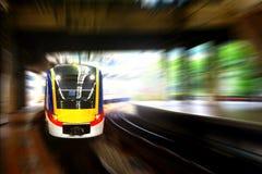 Πλησιάζοντας πλατφόρμα σταθμών τραίνων με την κίνηση θαμπάδων Στοκ Φωτογραφίες