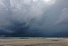Πλησιάζοντας σύννεφο θύελλας με τη βροχή πέρα από τη θάλασσα Στοκ εικόνες με δικαίωμα ελεύθερης χρήσης