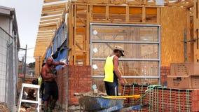 Πλινθοκτίστες που χτίζουν έναν τοίχο απόθεμα βίντεο