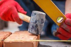 Πλινθοκτίστης με το τούβλο Στοκ Φωτογραφία