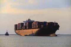 Πλοίο μεταφοράς τυποποιημένων εμπορευματοκιβωτίων Στοκ Εικόνες