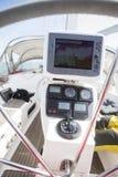 Πλοηγός ΠΣΤ στο τιμόνι του γιοτ Στοκ εικόνα με δικαίωμα ελεύθερης χρήσης