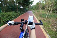 Πλοηγός ΠΣΤ χρήσης χεριών ποδηλατών στο smartphone Στοκ εικόνες με δικαίωμα ελεύθερης χρήσης