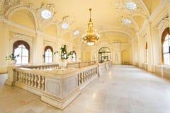 Πλουσιοπάροχα διακοσμημένο παλαιό εσωτερικό οικοδόμησης ύφους στοκ εικόνα