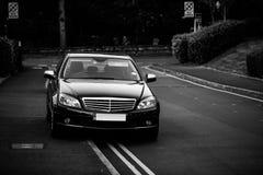 Πλούσια έννοια οδικών μαύρη όμορφη αυτοκινήτων Στοκ εικόνα με δικαίωμα ελεύθερης χρήσης