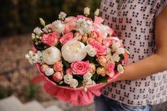Πλούσια δέσμη των άσπρων και ρόδινων λουλουδιών στα χέρια Στοκ εικόνα με δικαίωμα ελεύθερης χρήσης
