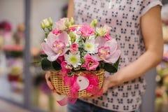 Πλούσια δέσμη των άσπρων και ρόδινων λουλουδιών στα χέρια Στοκ φωτογραφίες με δικαίωμα ελεύθερης χρήσης