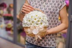 Πλούσια δέσμη των άσπρων λουλουδιών στα χέρια Στοκ Εικόνες