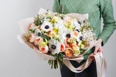 Πλούσια δέσμη των anemones, των παπαρουνών, των πασχαλιών και της άσπρης ορχιδέας, πράσινη ανθοδέσμη άνοιξη φύλλων διαθέσιμη φρέσ Στοκ φωτογραφίες με δικαίωμα ελεύθερης χρήσης