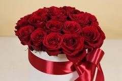 Πλούσια ανθοδέσμη δώρων 21 κόκκινων τριαντάφυλλων Σύνθεση των λουλουδιών σε ένα W Στοκ εικόνα με δικαίωμα ελεύθερης χρήσης