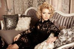 Πλούσια γυναίκα πολυτέλειας ομορφιάς όπως τη Μέριλιν Μονρόε Όμορφο fashiona Στοκ Φωτογραφία