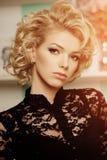 Πλούσια γυναίκα πολυτέλειας ομορφιάς όπως τη Μέριλιν Μονρόε Όμορφο fashiona Στοκ Εικόνα