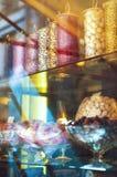 Πλούσια ποικιλία των σοκολατών και των καραμελών στα μεγάλα βάζα γυαλιού Στοκ Φωτογραφία