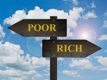 Πλούσιες και φτωχές κατευθύνσεις στοκ φωτογραφία
