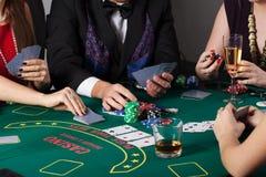 Πλούσιοι άνθρωποι που παίζουν στη χαρτοπαικτική λέσχη Στοκ εικόνες με δικαίωμα ελεύθερης χρήσης