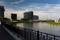 Πλούσιοι και γέφυρα αψίδων κεντρικών δρόμων - ποταμός Scioto - Columbus, Οχάιο Στοκ Φωτογραφία