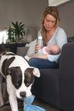 Πλούσιοι μητέρων μόνο ένα μάτι για το μωρό στοκ εικόνες