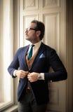 Πλούσιος άνθρωπος που παίρνει ντυμένος επάνω Στοκ Εικόνα