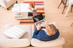 Πλούσιος ευρωπαϊκός επιχειρηματίας που εργάζεται στο σπίτι Στοκ Φωτογραφία