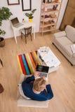 Πλούσιος ευρωπαϊκός επιχειρηματίας που εργάζεται στο σπίτι Στοκ φωτογραφία με δικαίωμα ελεύθερης χρήσης