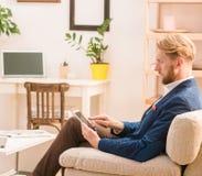 Πλούσιος ευρωπαϊκός επιχειρηματίας που χρησιμοποιεί το κινητό ή έξυπνο τηλέφωνο Στοκ φωτογραφία με δικαίωμα ελεύθερης χρήσης
