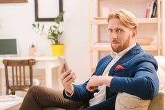 Πλούσιος ευρωπαϊκός επιχειρηματίας που χρησιμοποιεί το κινητό ή έξυπνο τηλέφωνο Στοκ Φωτογραφίες