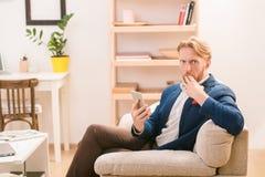 Πλούσιος ευρωπαϊκός επιχειρηματίας που χρησιμοποιεί το κινητό ή έξυπνο τηλέφωνο Στοκ εικόνα με δικαίωμα ελεύθερης χρήσης