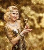Πλούσιο γυαλί CHAMPAGNE γυναικών, αναδρομική κυρία στο χρυσό εορτασμό φορεμάτων Στοκ φωτογραφία με δικαίωμα ελεύθερης χρήσης