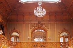 Πλούσιο εσωτερικό Beaitiful του παλατιού με την ξύλινος-χάραξη Στοκ Εικόνες