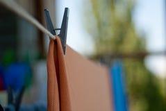 Πλυμένα ενδύματα με ένα clothespin που ξεραίνει στο σχοινί Στοκ φωτογραφίες με δικαίωμα ελεύθερης χρήσης