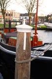 Πλωτό σπίτι σε ένα κανάλι στο Λάιντεν Στοκ εικόνες με δικαίωμα ελεύθερης χρήσης