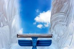 Πλύντε το παράθυρο με μια ειδική σφουγγαρίστρα Στοκ Φωτογραφία