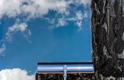 Πλύντε το παράθυρο με μια ειδική σφουγγαρίστρα Στοκ εικόνες με δικαίωμα ελεύθερης χρήσης