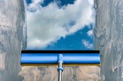 Πλύντε το παράθυρο με μια ειδική σφουγγαρίστρα Στοκ φωτογραφία με δικαίωμα ελεύθερης χρήσης