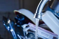 Πλύση καθαρισμού που κάνει τα πιάτα Στοκ Εικόνα