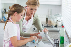 Πλύση μητέρων και κορών επάνω από κοινού Στοκ εικόνα με δικαίωμα ελεύθερης χρήσης